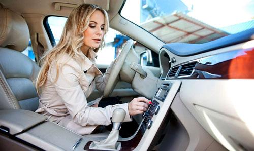 Escutando músicas em inglês no carro