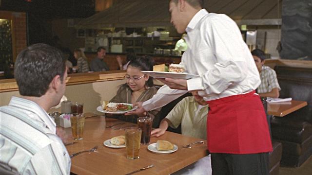 Garçom servindo restaurante nos USA