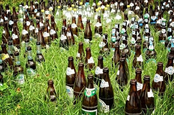 garrafas na natureza