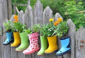 botas servindo de pote de flor