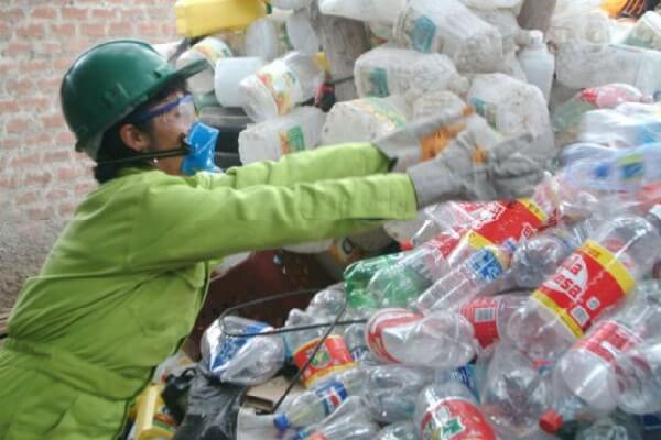 separando materiais de reciclagem