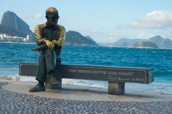 Carlos Drummond de Andrade estátua