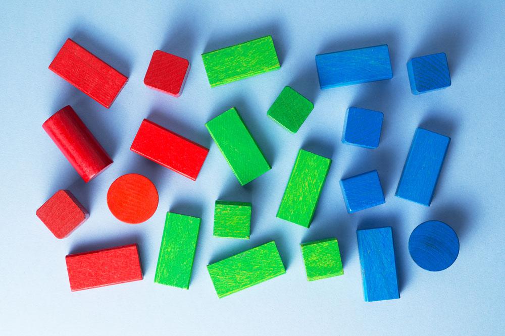 formas geométricas vermelhas, verdes e azuis